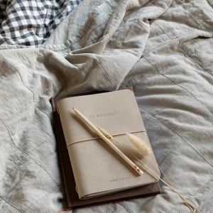Notebook in ecopelle sea shell Monk & Anna con copertina morbida e chiusura ad elastico interno a righe